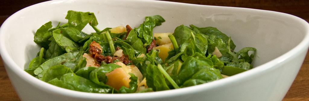 Kartoffelsalat med spinat og soltørrede tomater